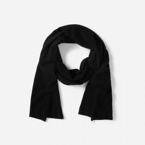 Everlane The Cashmere scarf in black as seen on Meghan Markle